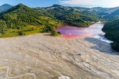 Εναέρια άποψη της λίμνης του χωριού τοξικών αποβλήτων Geamana από το ορυχείο coper στοκ εικόνα με δικαίωμα ελεύθερης χρήσης