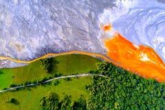 Εναέρια άποψη της λίμνης του χωριού τοξικών αποβλήτων Geamana από το ορυχείο coper στοκ εικόνα