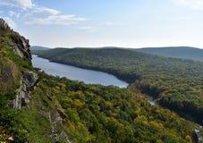 Εναέρια άποψη της λίμνης των σύννεφων φυσικών πέρα από το βλέμμα στοκ εικόνα με δικαίωμα ελεύθερης χρήσης