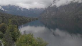 Εναέρια άποψη της λίμνης Bohinj στα σύννεφα - Σλοβενία απόθεμα βίντεο