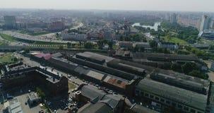 Εναέρια άποψη της λευκορωσικής βιομηχανικής περιοχής του Μινσκ της πόλης, παλαιές στέγες εργοστασίων, περιοχή κατοικίας οδικής κυ φιλμ μικρού μήκους
