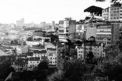 Εναέρια άποψη της Λισσαβώνας, Πορτογαλία το ηλιόλουστο πρωί Κατοικήσιμη περιοχή μαύρο λευκό Στοκ εικόνα με δικαίωμα ελεύθερης χρήσης