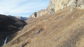Εναέρια άποψη της μετακίνησης κατά μήκος του τοίχου βράχου του φαραγγιού στο φαράγγι στον Καύκασο Πολύ στενός στο βράχο μέσα απόθεμα βίντεο