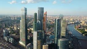 Εναέρια άποψη της Μόσχας, Ρωσία Εικονική παράσταση πόλης με το επιχειρησιακούς κέντρο, την κυκλοφορία και τον ποταμό απόθεμα βίντεο