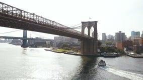 Εναέρια άποψη της Νέας Υόρκης, Αμερική Κηφήνας που πετά πέρα από τον ανατολικό ποταμό, οδήγηση βαρκών μέσω του νερού, κάτω από τη απόθεμα βίντεο