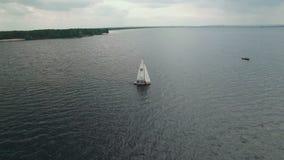 Εναέρια άποψη της ναυσιπλοΐας γιοτ Ναυσιπλοΐα λεσχών γιοτ Regatta δεδομένου ότι η ανασκόπηση είναι μπλε οι βάρκες βαρκών μπορούν  απόθεμα βίντεο