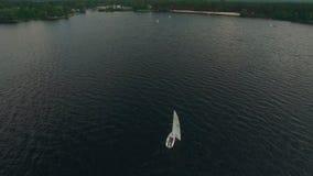 Εναέρια άποψη της ναυσιπλοΐας γιοτ Ναυσιπλοΐα λεσχών γιοτ Regatta δεδομένου ότι η ανασκόπηση είναι μπλε οι βάρκες βαρκών μπορούν  φιλμ μικρού μήκους