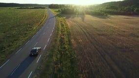 Εναέρια άποψη της οδήγησης σπορ αυτοκίνητο στους τομείς απόθεμα βίντεο