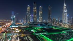 Εναέρια άποψη της οδικής νύχτας οικονομικών κέντρων timelapse με τα κατώτερα κτήρια οικοδόμησης φιλμ μικρού μήκους