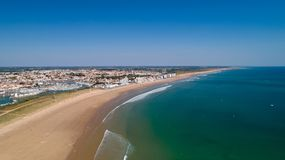 Εναέρια άποψη της παραλίας Αγίου Gilles Croix de Vie σε Vendee στοκ εικόνες