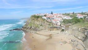 Εναέρια άποψη της παραλίας και των απότομων βράχων δίπλα Azenhas do Mar Village φιλμ μικρού μήκους