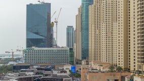 Εναέρια άποψη της παραλίας και των τουριστών που περπατούν και που κάνουν ηλιοθεραπεία στις διακοπές σε JBR timelapse στο Ντουμπά φιλμ μικρού μήκους