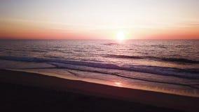 Εναέρια άποψη της παραλίας στο ηλιοβασίλεμα φιλμ μικρού μήκους