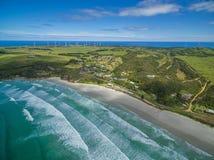 Εναέρια άποψη της παραλίας Bridgewater ακρωτηρίων, της τακτοποίησης, και του αιολικού πάρκου σε Βικτώρια, Αυστραλία Στοκ Φωτογραφία