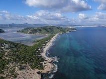 Εναέρια άποψη της παραλίας ES Cavallet, Ibiza Ισπανία στοκ φωτογραφία με δικαίωμα ελεύθερης χρήσης