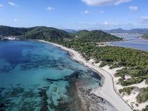 Εναέρια άποψη της παραλίας Ses Salines, Ibiza Ισπανία στοκ εικόνες