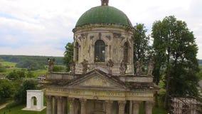 Εναέρια άποψη της παλαιάς καθολικής εκκλησίας με το ζεύγος ερωτευμένο φιλμ μικρού μήκους