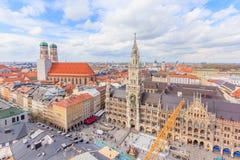 Εναέρια άποψη της παλαιάς πόλης Γερμανία του Μόναχου γύρω από Marienplatz, Neues Rathaus και Frauenkirche από το ST Peter& x27 εκ Στοκ Εικόνα