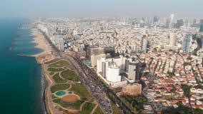 Εναέρια άποψη της πτήσης επάνω από το Τελ Αβίβ, Ισραήλ με τον ορίζοντα πόλεων Επικός πυροβολισμός πέρα από την ακροθαλασσιά Καταπ απόθεμα βίντεο
