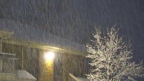 Εναέρια άποψη της πτώσης θύελλας ισχυρής χιονόπτωσης στην αστική οδό, φωτισμένος δημόσιος λαμπτήρας, φιλμ μικρού μήκους