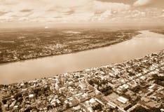 Εναέρια άποψη της πόλης κατά μήκος του Mekong αναδρομικού ύφους ποταμών Στοκ Φωτογραφίες