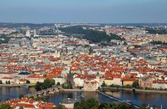 Εναέρια άποψη της πόλης της Πράγας στη Δημοκρατία της Τσεχίας με τη γέφυρα Charles Στοκ φωτογραφία με δικαίωμα ελεύθερης χρήσης