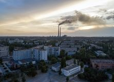 Εναέρια άποψη της πόλης, σταθμός πυρηνικής ενέργειας, θερμικό statio δύναμης Στοκ εικόνες με δικαίωμα ελεύθερης χρήσης