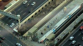 Εναέρια άποψη της πόλης Τελ Αβίβ κατά τη διάρκεια του απογεύματος Τραίνο που αφήνει το σταθμό απόθεμα βίντεο