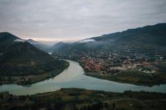 Εναέρια άποψη της πόλης Mtskheta τουριστών με τη συμβολή του Aragvi και του Kura στο πρωί Στοκ φωτογραφία με δικαίωμα ελεύθερης χρήσης