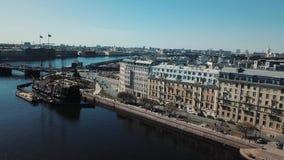 Εναέρια άποψη της ρωσικής αυγής ταχύπλοων σκαφών κοντά στη γέφυρα στην Άγιος-Πετρούπολη ενάντια στο μπλε ουρανό r Πετρούπολη απόθεμα βίντεο