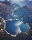 Εναέρια άποψη της σειράς βουνών και της μικρής παγετώδους λίμνης στο Βανκούβερ, Βρετανική Κολομβία, Καναδάς Στοκ Φωτογραφία