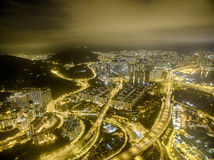 Εναέρια άποψη της σκηνής νύχτας Χονγκ Κονγκ, Kwai Chung στο χρυσό χρώμα στοκ φωτογραφία