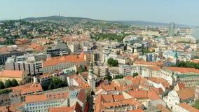 Εναέρια άποψη της Σλοβακίας, Μπρατισλάβα: Πύλη του ST Michael στην παλαιά πόλη με τις κόκκινες στέγες φιλμ μικρού μήκους