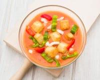 Εναέρια άποψη της σούπας gazpacho με τα λαχανικά και croutons στο rou Στοκ εικόνα με δικαίωμα ελεύθερης χρήσης