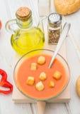 Εναέρια άποψη της σούπας gazpacho με croutons στο στρογγυλό κύπελλο Στοκ εικόνες με δικαίωμα ελεύθερης χρήσης