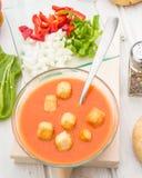 Εναέρια άποψη της σούπας gazpacho με croutons στο στρογγυλό κύπελλο Στοκ φωτογραφία με δικαίωμα ελεύθερης χρήσης