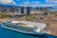 Εναέρια άποψη της στο κέντρο της πόλης Χονολουλού Χαβάη με ένα κρουαζιερόπλοιο Στοκ Φωτογραφία