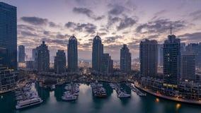 Εναέρια άποψη της σύγχρονης νύχτας ουρανοξυστών στην ημέρα timelapse πριν από την ανατολή στη μαρίνα του Ντουμπάι στο Ντουμπάι, Ε απόθεμα βίντεο