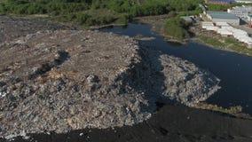 Εναέρια άποψη της τεράστιας απόρριψης απορριμάτων πόλεων στο ηλιοβασίλεμα Απόβλητα της ζωής και της παραγωγής απόθεμα βίντεο