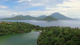 Εναέρια άποψη της τροπικής λίμνης Tidore και του νησιού ηφαιστείων Ternate, Ινδονησία απόθεμα βίντεο