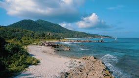 Εναέρια άποψη της τροπικής παραλίας παραδείσου στο νησί Σεϋχέλλες Λα D απόθεμα βίντεο