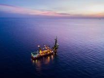 Εναέρια άποψη της τρυφερής τρυπώντας με τρυπάνι πλατφόρμας άντλησης πετρελαίου φορτηγίδων πλατφορμών άντλησης πετρελαίου Στοκ εικόνα με δικαίωμα ελεύθερης χρήσης