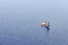 Εναέρια άποψη της τρυφερής τρυπώντας με τρυπάνι πλατφόρμας άντλησης πετρελαίου Στοκ εικόνα με δικαίωμα ελεύθερης χρήσης