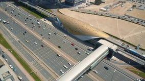 Εναέρια άποψη της υποδομής μεταφορών στο Ντουμπάι απόθεμα βίντεο
