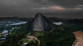 Εναέρια άποψη της χαρασμένης εικόνας του Βούδα από το χρυσό στον απότομο βράχο σε Khao Chee chan, Pattaya Στοκ Εικόνες