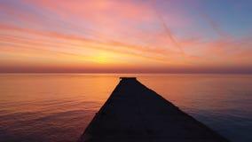 Εναέρια άποψη της χρυσής ανατολής πέρα από τα κύματα θαλάσσιου νερού και κυματισμών απόθεμα βίντεο
