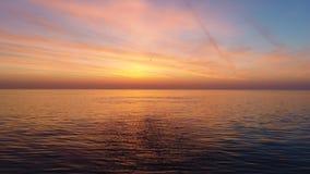 Εναέρια άποψη της χρυσής ανατολής πέρα από τα κύματα θαλάσσιου νερού και κυματισμών φιλμ μικρού μήκους