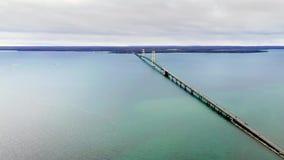 Εναέρια άποψη της όμορφης γέφυρας Mackinaw Η μεγαλύτερη ανασταλμένη γέφυρα στην Αμερική απόθεμα βίντεο