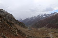 Εναέρια άποψη της όμορφων διαδρομής και της λίμνης που περνούν μέσω μεταξύ των βουνών στοκ φωτογραφία με δικαίωμα ελεύθερης χρήσης