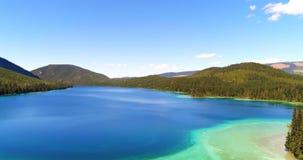 Εναέρια άποψη της όμορφων λίμνης και των βουνών 4k απόθεμα βίντεο